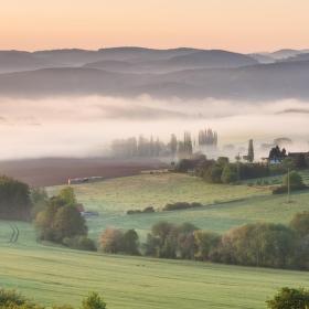 Ranní mlha nad Kamýkem