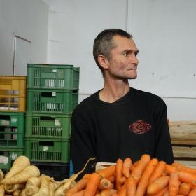 Prodavač v tržnici