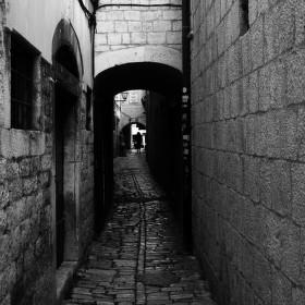 Tajemná postava na konci ulice