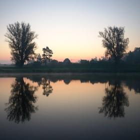 Svítání na řece