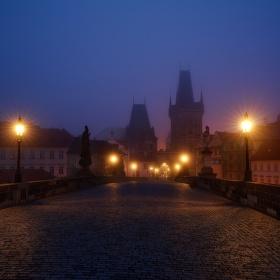 Mlhavé ráno na Karlově mostě