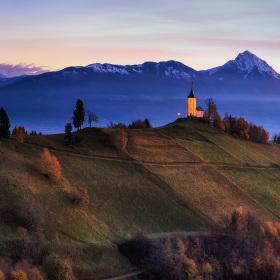 Kostel na pozadí hor