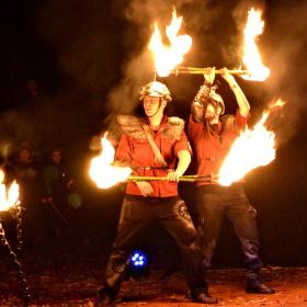 hrají si s ohněm