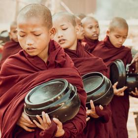 Mniši – nováčci – žebrají rýži