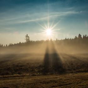Když paprsky Slunce bojují s mlhou