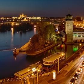 Večerní pohled na Prahu z terasy Tančícího domu
