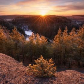 Východ slunce nad jezírkem