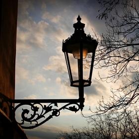 Lampa v Apolinářské.