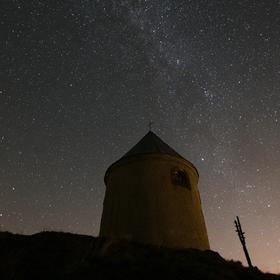 Mědník s hvězdnou oblohou