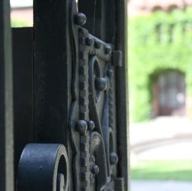 Je tam brána zdobená......