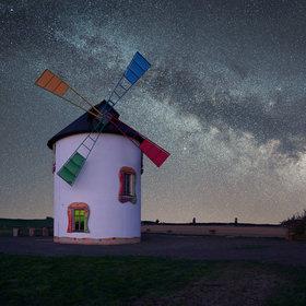 S větrným mlýnem v noci