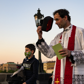 Křesťanský pozdrav z Karlova mostu