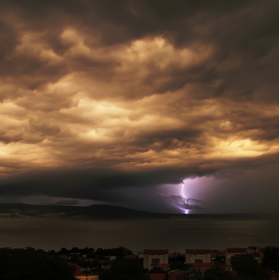 Bouřkové nebe s bleskem