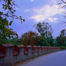 Na cestu od zámku se snáší soumrak