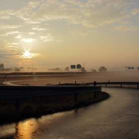 východ slunce nad vesnicí