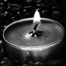 Plamínek kávy