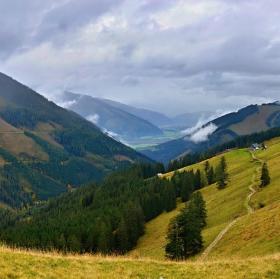 Putovaní horskou krajinou podzimních Alp