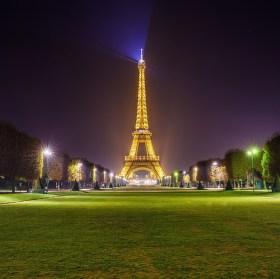 Eiffelova věž z parku - Copyright Tour Eiffel - Illuminations Pierre Bideau