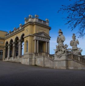 Strážci Gloriette v zahradě Schönbornského paláce