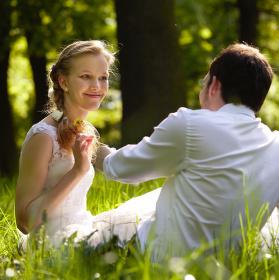 Po svatbě na trávě v parku