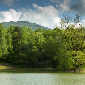 Pohled na Sninský kameň z horního rybníka