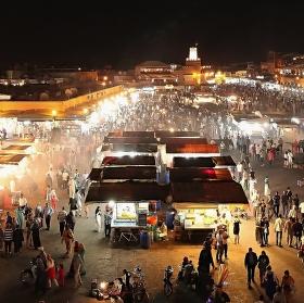 Centrální náměstí Djema el-Fma v Marrákeši v noci.