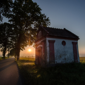 Východ slunce za kapličkou