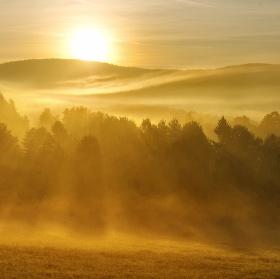 Ranní mlha v Šumavském údolí
