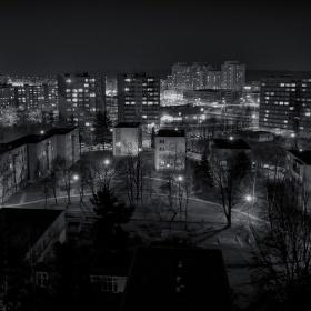 Byla ponurá noc, všude tma. Jen u blbejch se ještě svítilo.