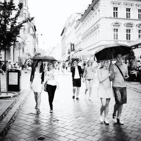 V dešti...