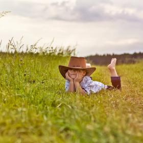 V trávě...