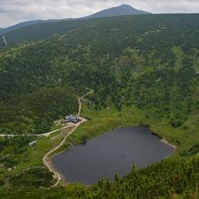 ledovcové jezero Maly Stav a nad ním Sněžka.