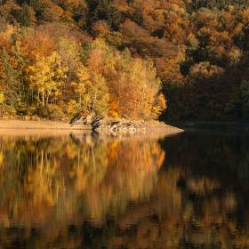 Sečská přehrada a její podzimní barvy