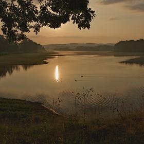 Svítání nad vodou