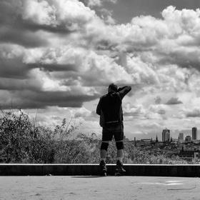 Bruslař nad městem