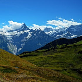 Vrcholy Bernských alp...Wetterhorn (3701m) a Schreckhorn (4078m)