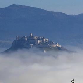 Spišský hrad nad jesennou perinou