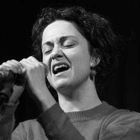 ...Lucia zpívá...