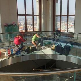Práce na skleněné podlaze v kopuli Národního muzea