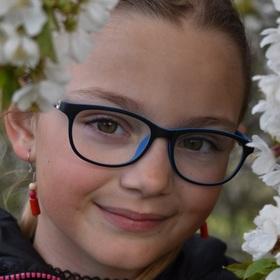 Dívka a květy třešní