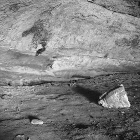 ..v jeskyni..