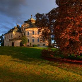 V parku barokního zámku Karlova Koruna v Chlumci nad Cidlinou