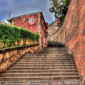 po starých zámeckých schodech