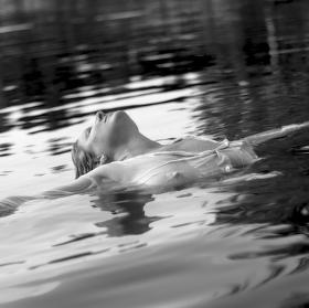 ...jen tak si plavu po hladině ...