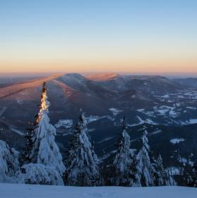 Výhled z Lysé hory na Smrk,Kněhyni a Radhošť