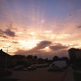 Sluneční paprsky sahající do nebes