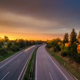 Západ slunce nad dálnicí