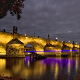 Jedna podvečerní pod Karlovým mostem