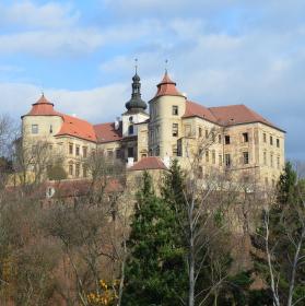 Jezeří, Krušnohorský zámek nad propastí