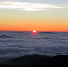Šumavský východ slunce nad mořem?